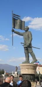 Skopje  Statue Held mit Fahne