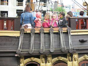 Kinder auf Schiff